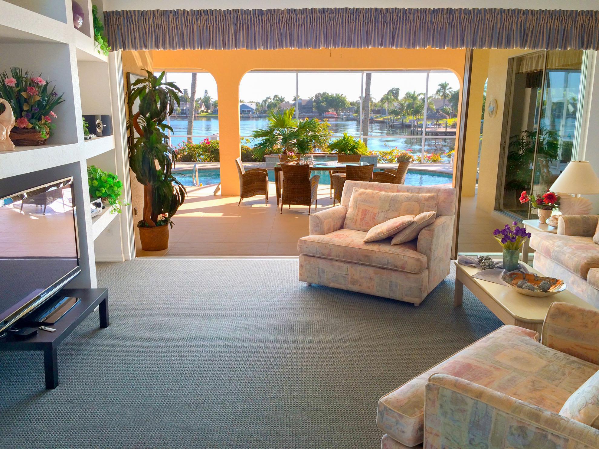 der livingroom ist nach oben offen gehalten und ber die groe glasfront haben sie einen herrlichen blick auf pool und see der bergroe 50 er big screen - Wohnzimmer Oben Offen